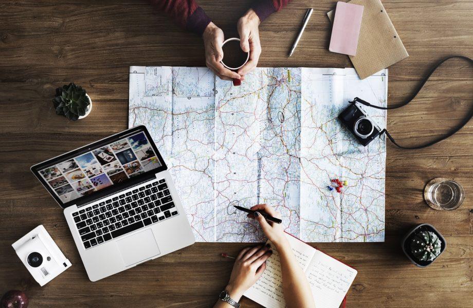 laptop 2557615 1280 e1550669791400 - Cómo planear un viaje en 5 pasos